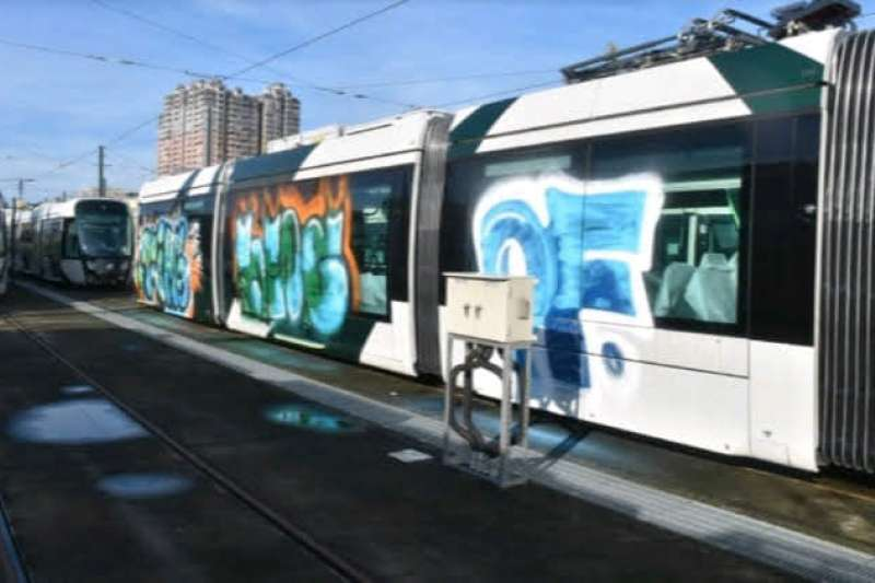 高雄輕軌前鎮機廠遭到4人入侵並塗鴉3節車廂(見圖),警方根據監視器追查到一名19歲王姓男子。(取自「高捷警察 MRT KMPH」臉書)