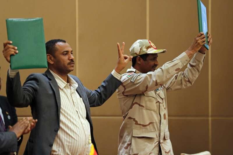 蘇丹軍政府副領導人達加洛(右)與民主派領袖阿拉比簽署協議,同意2022年舉行大選(AP)