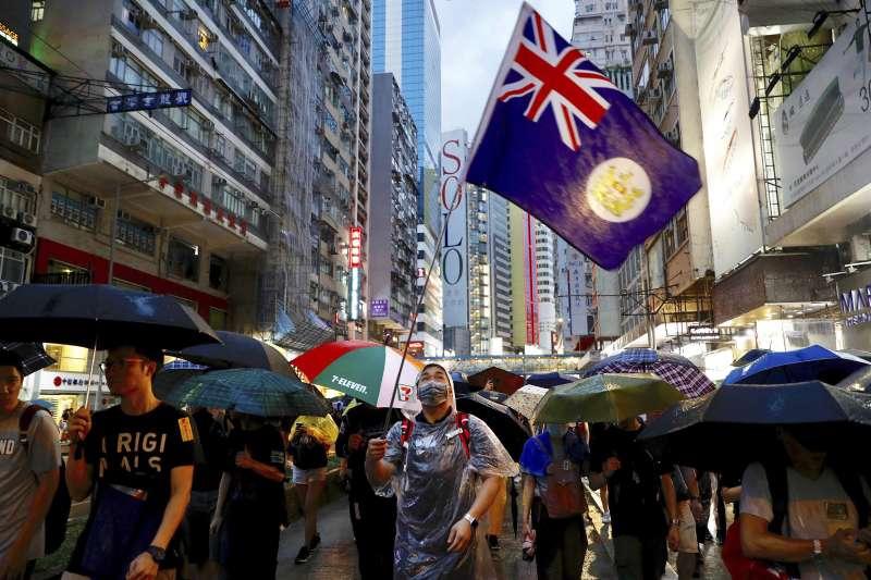 2019年8月18日,香港民陣發起「煞停警黑亂港 落實五大訴求」大規模集會,有參與者揮舞英國旗幟(AP)
