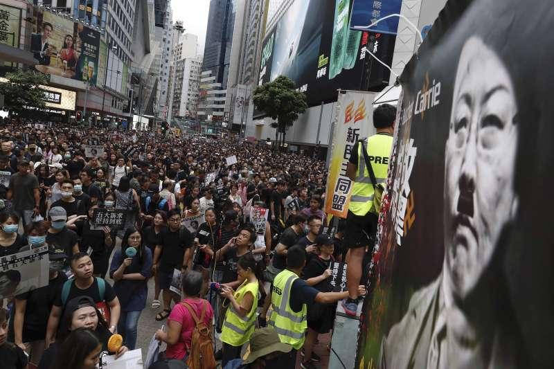2019年8月18日,香港民陣發起「煞停警黑亂港 落實五大訴求」大規模集會,有參與者將特首林鄭月娥醜化為希特勒(AP)