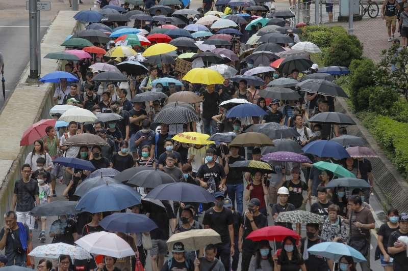 香港反送中運動越演越烈,國際社會憂心北京為平息抗爭,可能對港下重手;但分析認為,為了自身利益,中國不會讓香港崩潰。(資料照,AP)
