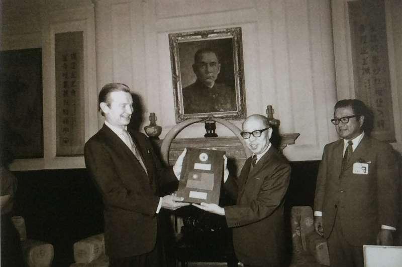 20190818-蔣彥士(右一)教育部部長任內,同副總統嚴家淦在總統府接受美國大使馬康衛贈送月球岩石,攝於1973年7月20日。(取自行政院新聞局@維基百科/公有領域)