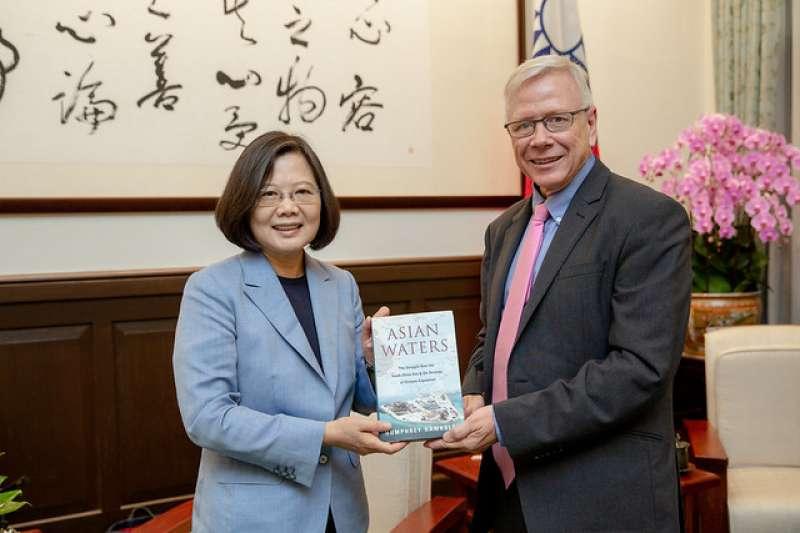 2019年8月,英國廣播公司北京分局長賀斯理(Humphrey Hawksley)晉見蔡英文總統,並致贈新作《強國爭霸南海夢》(賀斯理提供)