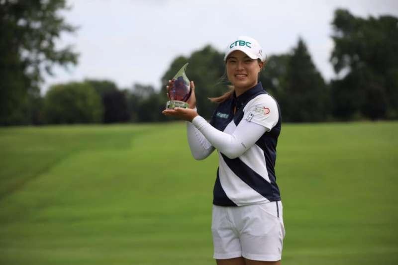 程思嘉在LPGA次級巡迴賽生火者錦標賽拿冠軍,為轉戰職業後的第一冠。 (圖/取自程思嘉臉書)
