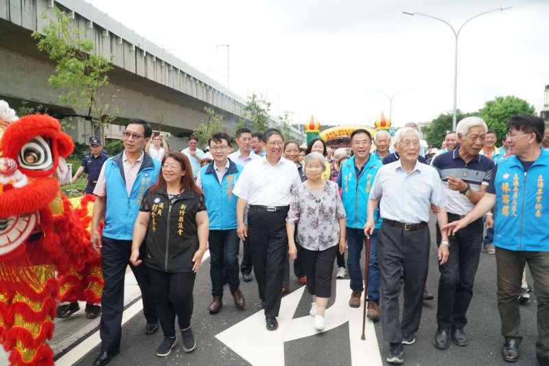 新竹縣長楊文科(左四)牽著竹東在地人瑞,歡喜走過新通車的東科道路。(圖/新竹縣政府提供)