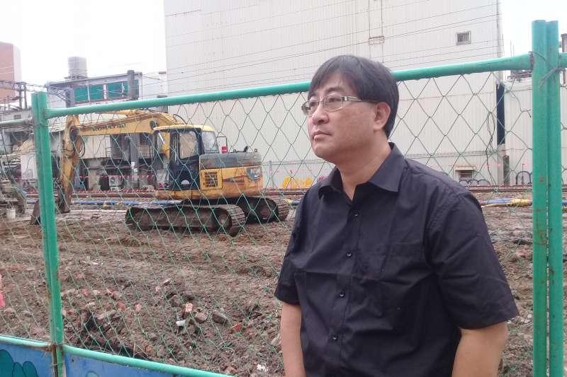 陳致曉(見圖)站在斷垣殘壁的街坊,深覺8年反民進黨威權徵收的無效率,決定參選台南第5選區立委,進入體制內做有效率的監督。(作者朱淑娟提供)