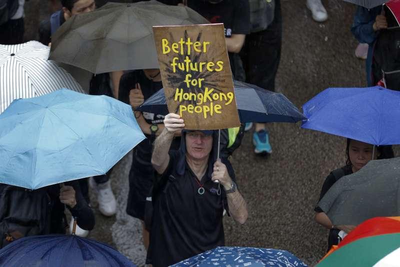 香港反送中事件風波未平,頻傳暴力鎮壓事件,如今港人「光復香港」的認同,似乎與當初「台灣是台灣人的台灣」相互呼應。圖為香港維多利亞公園18日舉行反送中和平示威活動。(資料照,AP)
