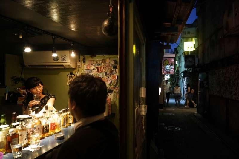 東京新宿的小酒館。(美聯社)