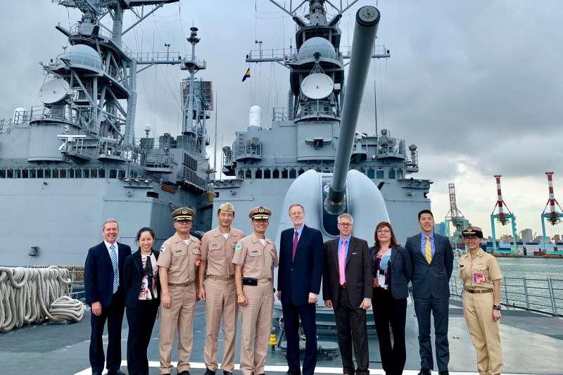 美國在台協會(AIT)台北辦事處處長酈英傑登上台灣基隆級飛彈驅逐艦參觀(翻攝AIT臉書)