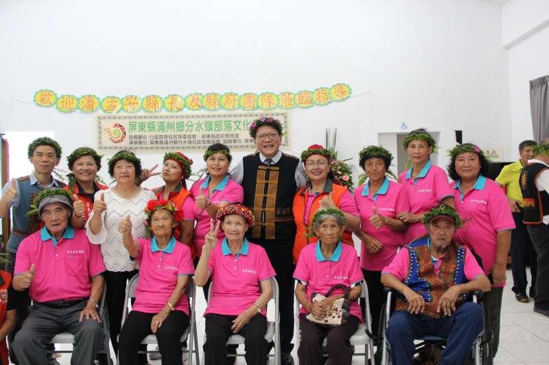 屏東縣長潘孟安(後中)數次造訪族語名稱為八瑤(pariur)的小聚落,為的就是見證這裡新設立的文化健康站。(圖/屏東縣政府提供)