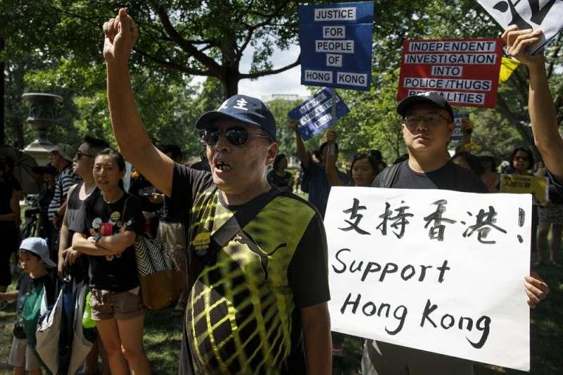 華裔民眾聚集在白宮前的拉法葉廣場,聲援香港反送中運動。(AP)