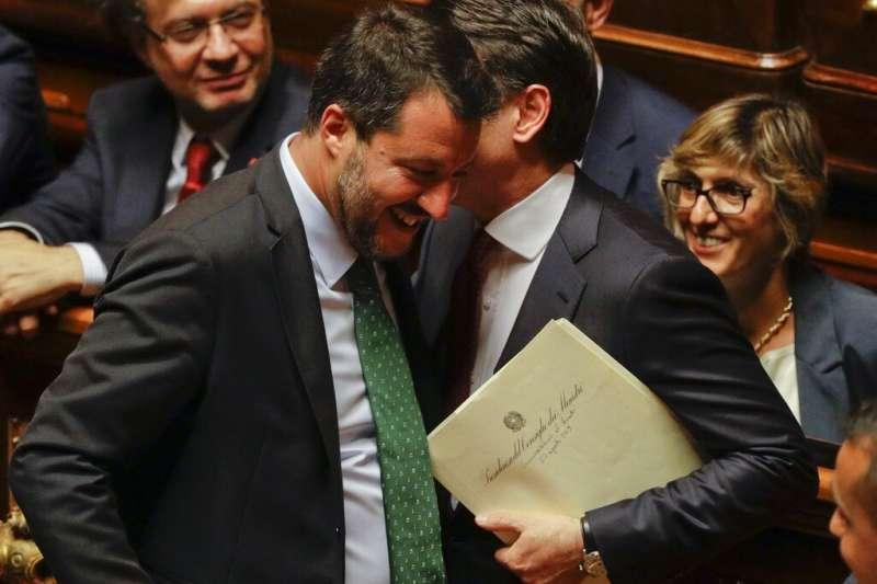 2019年8月20日,義大利總理孔蒂與內政部長薩爾維尼交談。(AP)