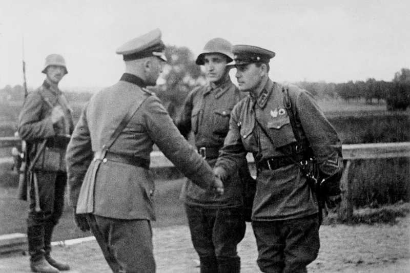 1939年8月到1941年6月,由於《德蘇互不侵犯條約》的簽訂,整個歐洲大陸由納粹黨與共產黨領導的集權主義政權瓜分,北大西洋公約組織成立的目的,就是要阻止這樣的悲劇重新上演。圖為瓜分波蘭的德國與蘇聯士兵握手合影,象徵史達林與希特勒兩大獨裁者的鋼鐵同盟。(塔斯社)