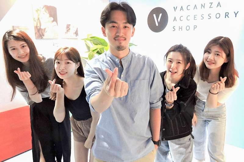 飾品品牌VACANZA創辦人徐亦知(中)帶領團隊挑戰3億年營收(圖/VACANZA 提供)