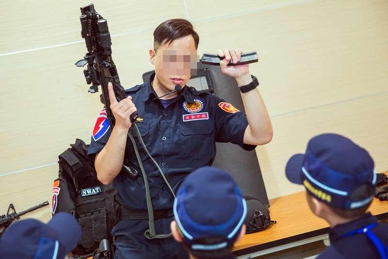 20190821-海巡署特勤隊人員在「小小海巡體驗營」中向小朋友介紹特勤隊使用的裝備,包括擬真長、短槍及防護頭盔、戰術背心。(資料照,蘇仲泓攝影)