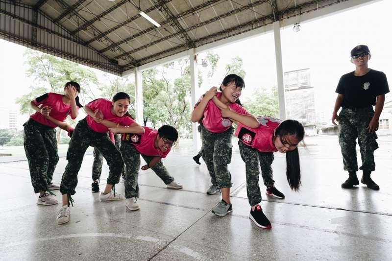 20190821-高空特種勤務中隊俗稱「涼山特勤隊」,是陸軍精銳特勤隊,人員(右)在「傘訓特戰營」中指導學員繩結法、垂降、擒拿等特種戰技技能。(資料照,取自軍聞社)
