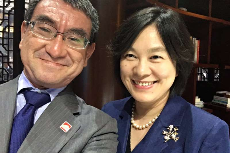 日本外務大臣河野太郎與中國外交部發言人華春瑩自拍。(河野太郎推特)