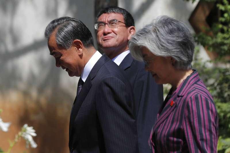 南韓外長康京和、中國外交部長王毅、日本外相河野太郎21日在北京舉行三國外長會談。(美聯社)