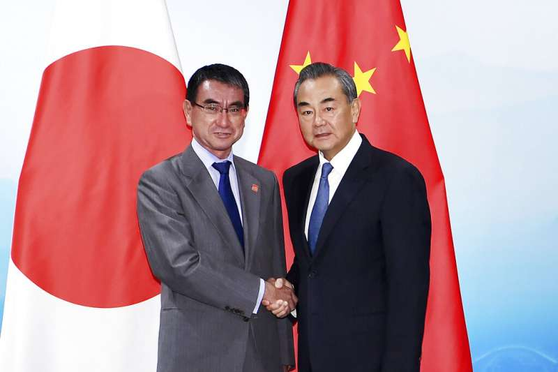 中國外交部長王毅與日本外相河野太郎21日在北京見面。(美聯社)