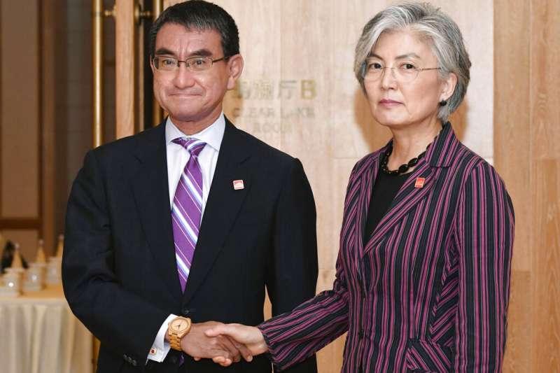 南韓外長康京和與日本外相河野太郎21日在北京碰面。(美聯社)