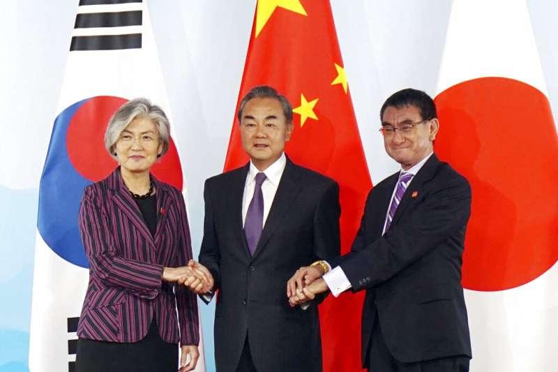 南韓外長康京和、中國外交部長王毅、日本外相河野太郎(由左至右)21日在北京舉行三國外長會談。(美聯社)