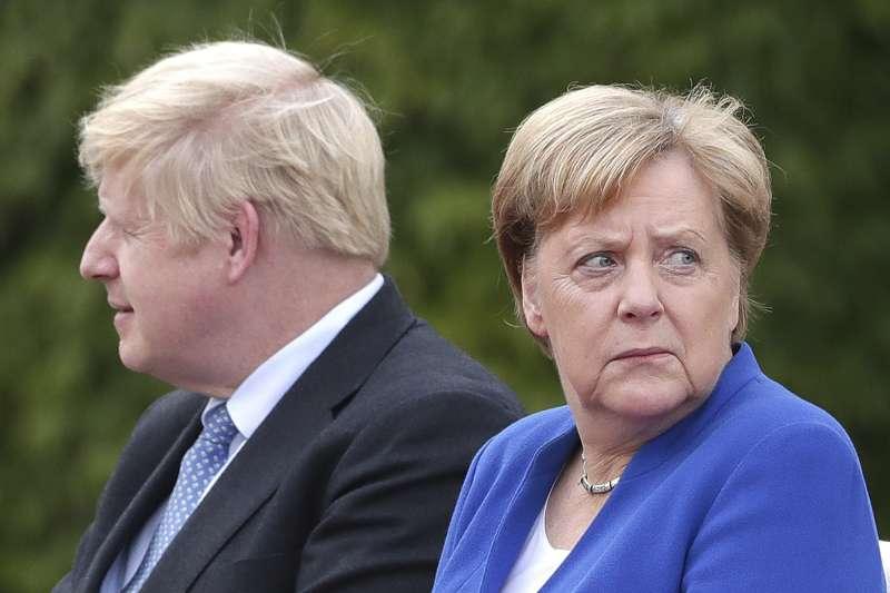 德國首相梅克爾(右)要求英國強森政府在30天內提出脫歐的解決方案(美聯社)
