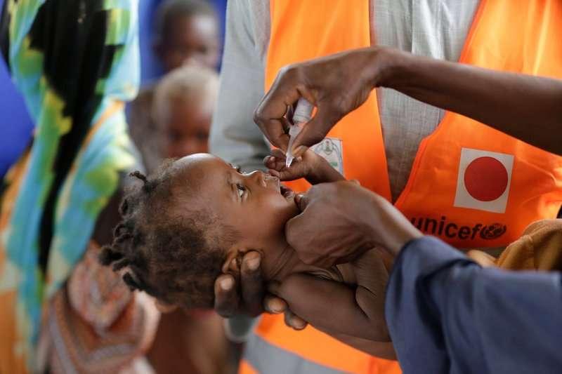 2016年8月27日,奈及利亞東北部博爾諾州的首府邁杜古里,一名孩童正接受小兒麻痺疫苗(美聯社)