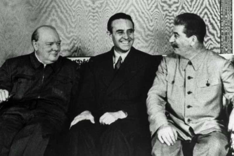 美國大使哈里曼在克里姆林宮,坐在邱吉爾與史達林之間。(BBC中文網)