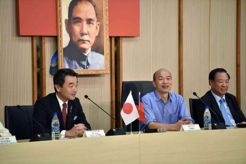 日本自由民主黨青年局局長佐佐木紀眾議員(左)22日率團拜會高雄市長韓國瑜(中)。韓國瑜表示,這對日台青年交流、學習、切磋及成長有巨大影響和幫助,期待未來更多與日本的交流與合作。(高雄市府提供)