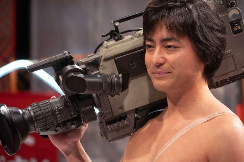 當山田孝之穿著白內褲、扛起攝影機喊「Action!」的那一刻,他過往的人生厚度,成功駕馭的這位在日本成人界成為傳說的一代王者。(圖/甲上提供)