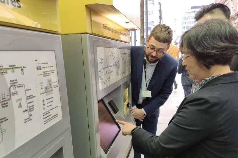 彰化縣長王惠美赴英國參觀,實地了解英國曼徹斯徹的城市交通,利用相關交通數據爭取經費,整合不同運具間的轉乘的作法。(圖/彰化縣政府提供)