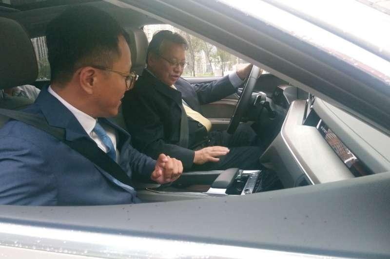 台中市令狐副市長試駕福斯集團生產的電動車,體驗駕駛的感覺。(圖/台中市政府提供)