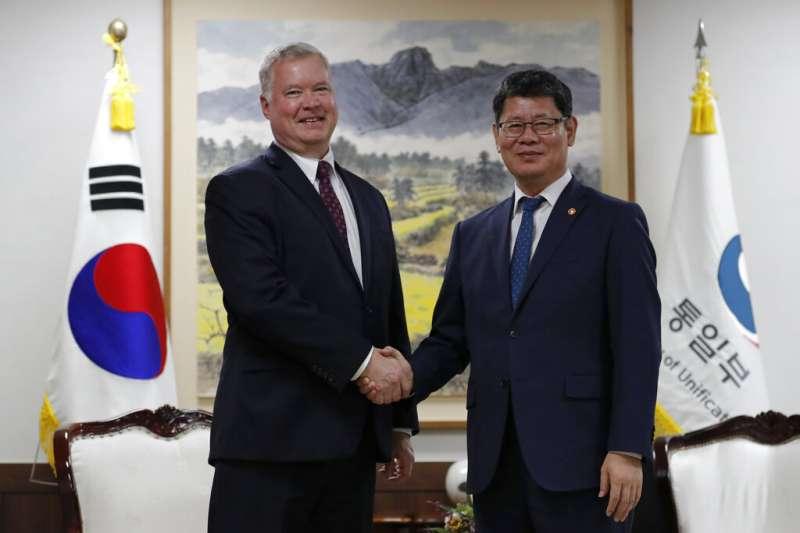 美國的北韓特使比根與南韓統一部長金煉鐵。(美聯社)