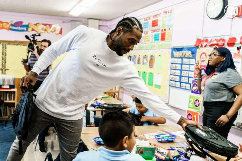 快艇球星雷納德捐贈給學童100萬個書包,回饋家鄉洛杉磯。 (圖片取自快艇推特)