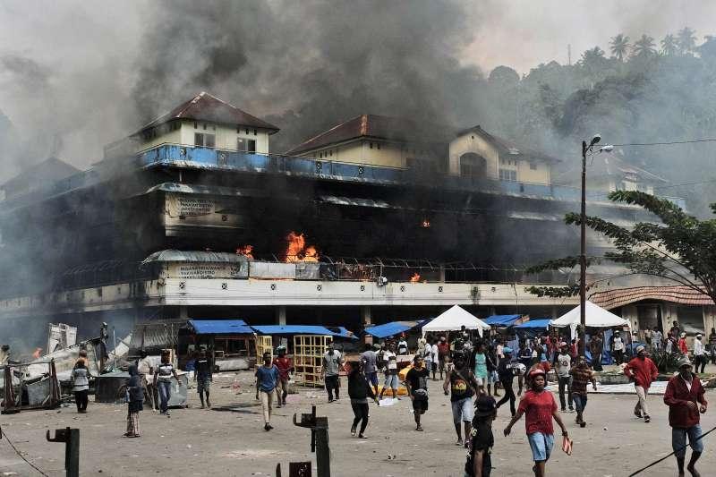 西巴布亞動亂:當地民眾四處縱火(AP)
