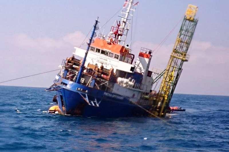 海巡署中部分署昨日午間接獲「大地能源號」船員以衛星電話通報表示,於在彰化王功約24浬處,有一艘工作船「派翠號」(PATRA OFFSHORE)船身傾斜進水,船上有40名船員在甲板上待救。(海巡署)