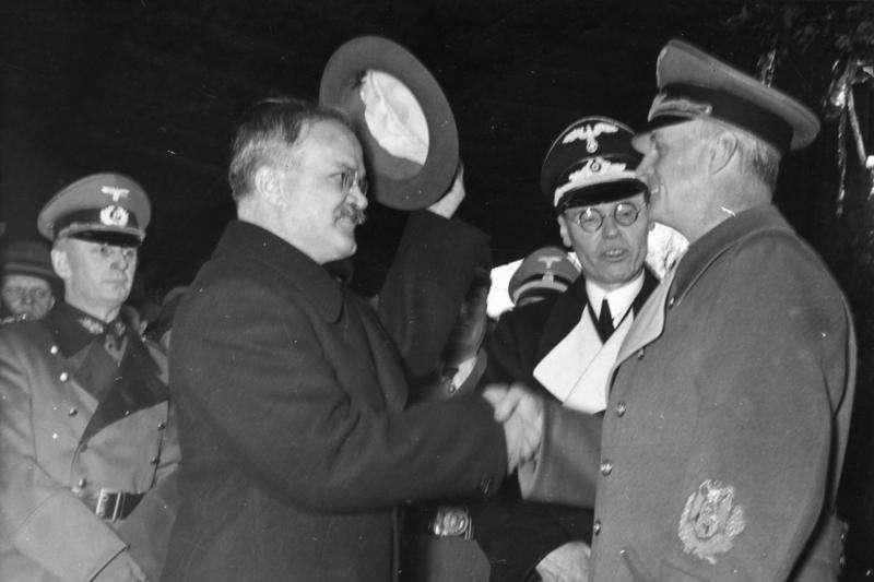 蘇聯外長莫洛托夫(Wjatscheslaw Molotow,左)和德國外長里賓特洛甫(Joachim von Ribbentrop)(Bundesarchiv, Bild@Wikipedia / CC-BY-SA 3.0)