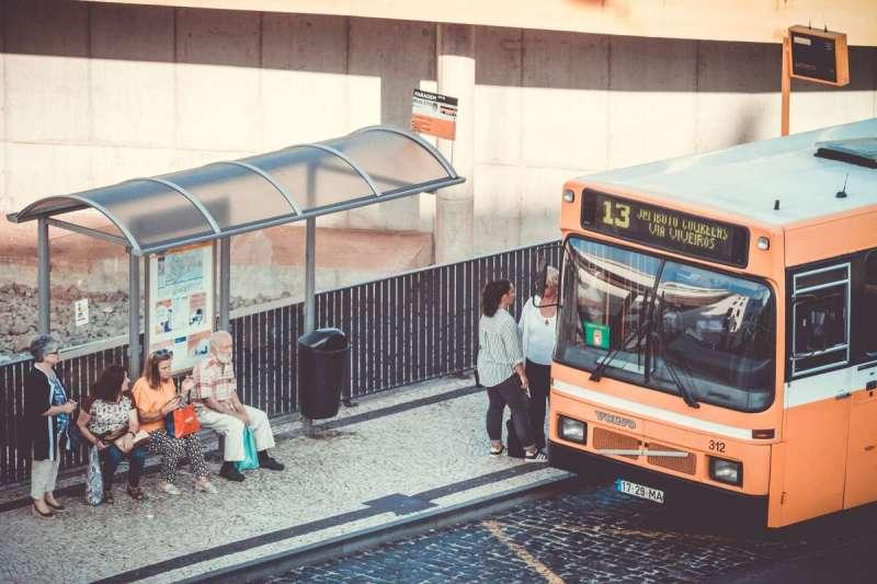 厄瓜多政府為倡議環保提出新政策,讓通勤族拿回收寶特瓶換現金、搭公車(示意圖/Unsplash)
