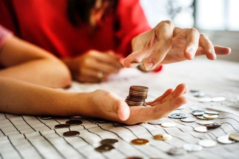 讓孩子擁有自己專屬的銀行帳戶,開始帶他踏出投資的第一步。(圖/rawpixel)