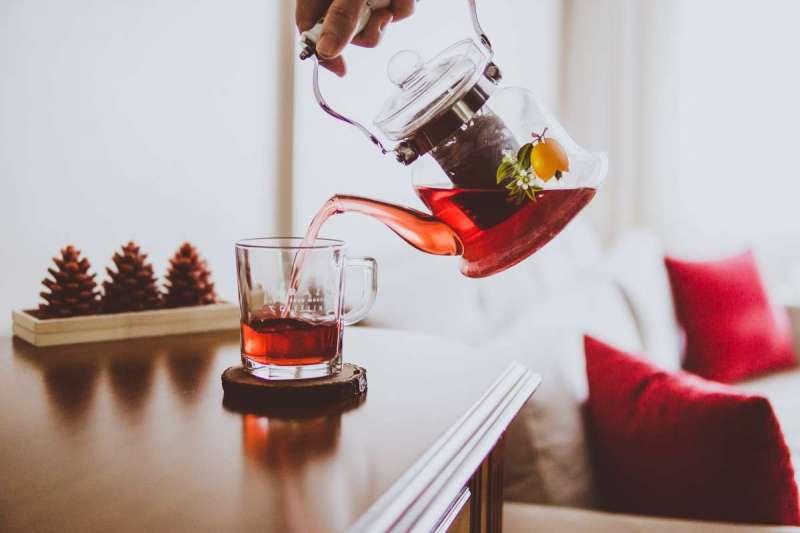飲用洛神花茶有利於降血脂、膽固醇(圖/Unsplash)