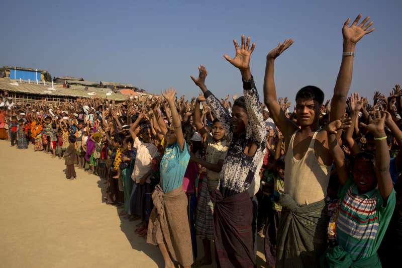位於孟加拉難民營的羅興亞人,高喊不願回去家鄉,害怕再度遭緬甸軍隊暴力清洗。(AP)