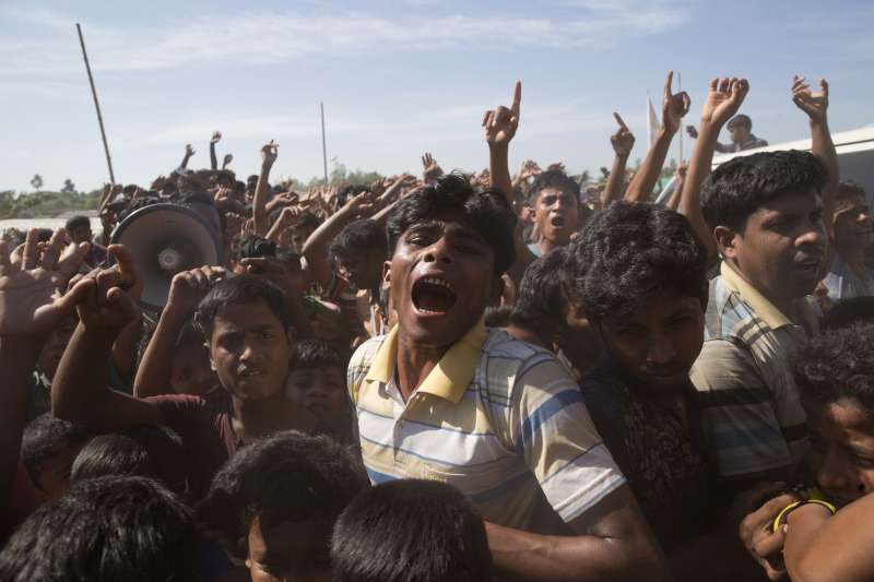 位於孟加拉難民營的羅興亞人,高喊不願回去緬甸家鄉,害怕再度遭受緬甸軍隊暴力清洗。(AP)