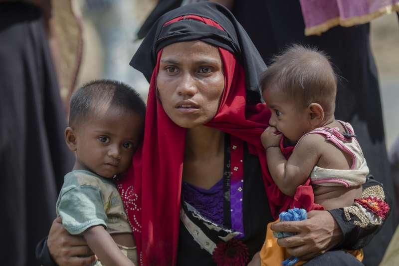 羅興亞媽媽魯卡雅抱著兩名孩子。位於孟加拉難民營的羅興亞人不願回鄉,害怕遭緬甸軍隊暴力清洗。(AP)