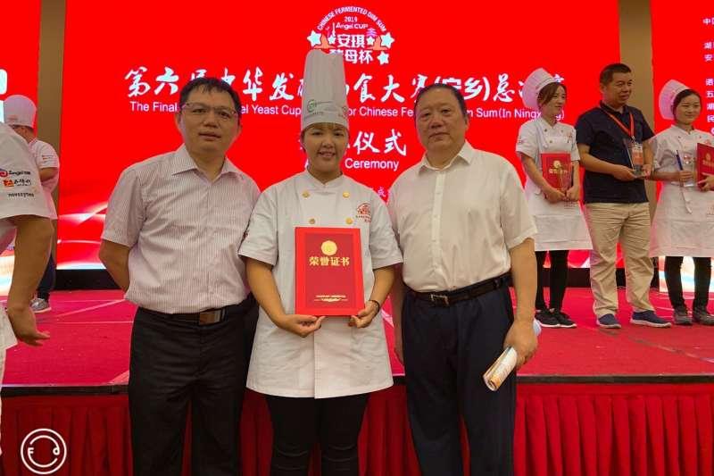 張意偵(中)與林宥君老師(左)及中國安琪酵母俞學鋒董事長合影。(圖/樹德科技大學提供)