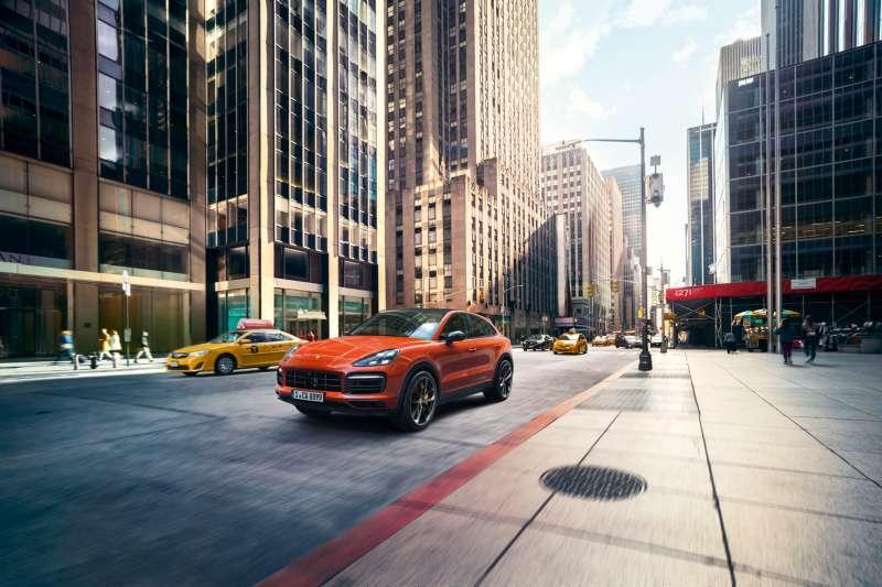 保時捷設計團隊以「Sharped by Performance–形隨所馭」的概念,將動感的車身比例與線條融合客製化設計元素,為The newCayenne Coupé營造出與Cayenne截然不同的視覺感受。(圖/台灣保時捷公司提供)