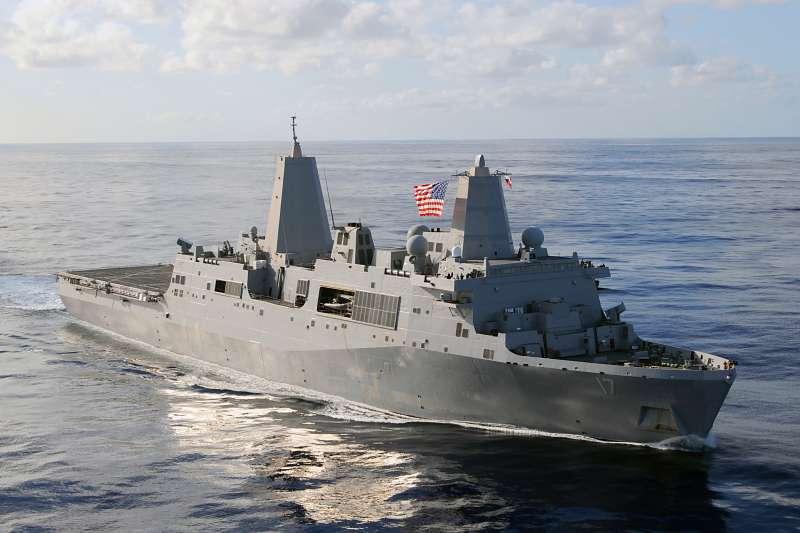 美國海軍「聖安東尼奧號」(USS San Antonio)兩棲船塢登陸艦今日通過台海。(Wikipedia / Public Domain)