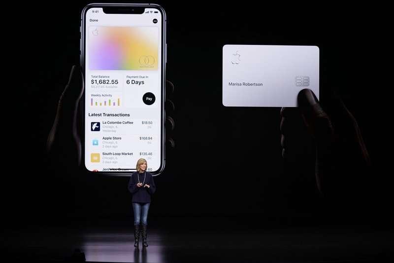 蘋果公司日前在美國上市Apple Card,並教導使用者如何保存卡片。(AP)