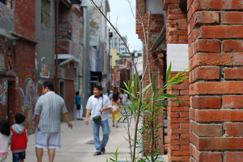 由多個在地團體組成的萬華社區協力聯盟主辦文創門市人員培訓課程,「用大家覺得不會害怕的方法一起遊玩萬華景點,認識萬華的文化歷史」。圖為剝皮寮老街。(Henry PAI@flickr/CC BY-ND 2.0)