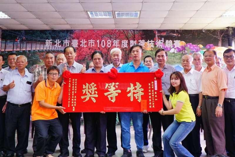 「新北市、台北市108年度製茶技術競賽」邁入舉辦第20週年,來自石碇區的選手張宏圩(右七),從45位高手中脫穎而出,勇奪冠軍(特等獎)。(圖/新北市農業局提供)