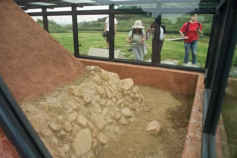 人們在位於浙江省杭州市的良渚文化瑤山祭壇遺址參觀。(新華社)